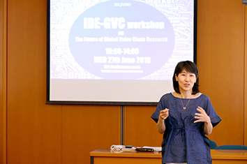 photo:Dr Mai Fujita, Director, Southeast Asia Studies II Group, opened the workshop by addressing key issues and questions to be discussed.